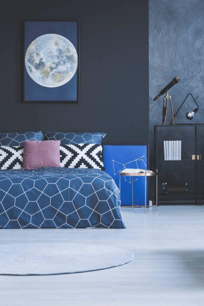 dunkles schlafzimmer innenraum mit poster - lila waffe stock-fotos und bilder