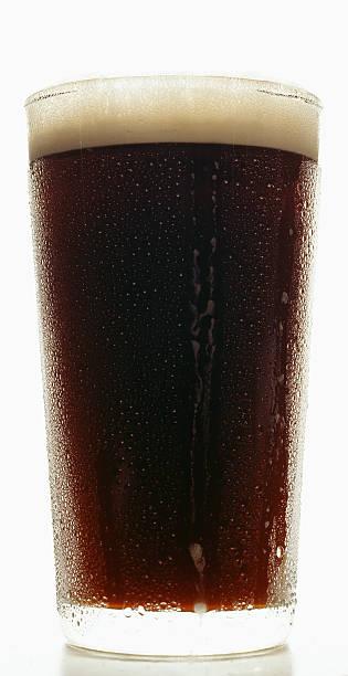 Dunkles Bier mit Kondenswasser – Foto