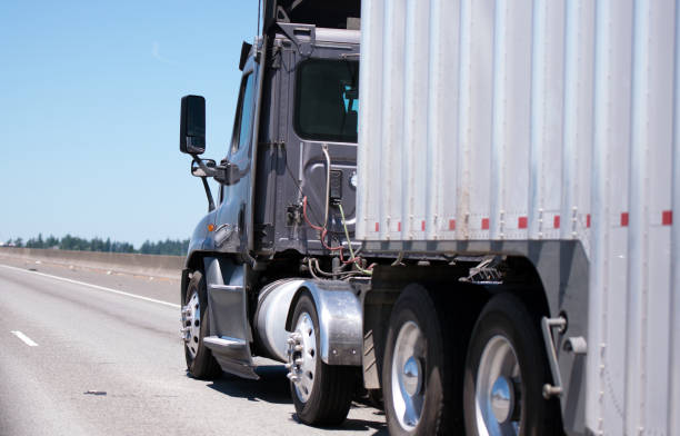 dunkle sattelzug sattelschlepper mit wellpappe anhänger transporte schüttgut zum ziel - aufgemotzte trucks stock-fotos und bilder