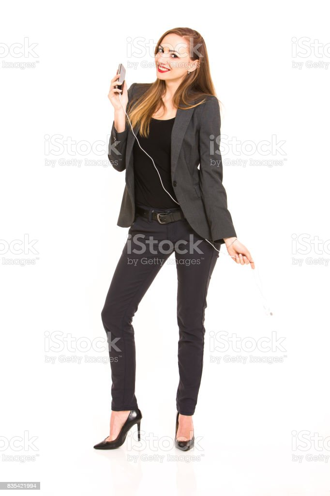 92afbd710 Mujer hermosa rubia oscurezca usa ropa casual elegante y explotación  smartphone sobre fondo blanco foto de