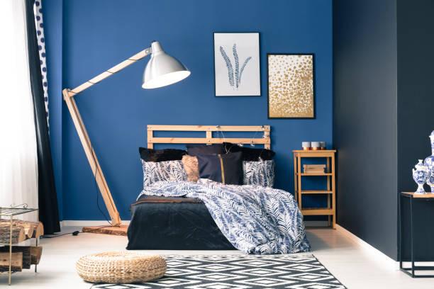 dunkel blaue schlafzimmer - marineblau schlafzimmer stock-fotos und bilder