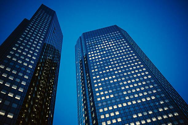 Dunkelblauer Bürogebäude in der Nacht-Deutsche Bank – Foto