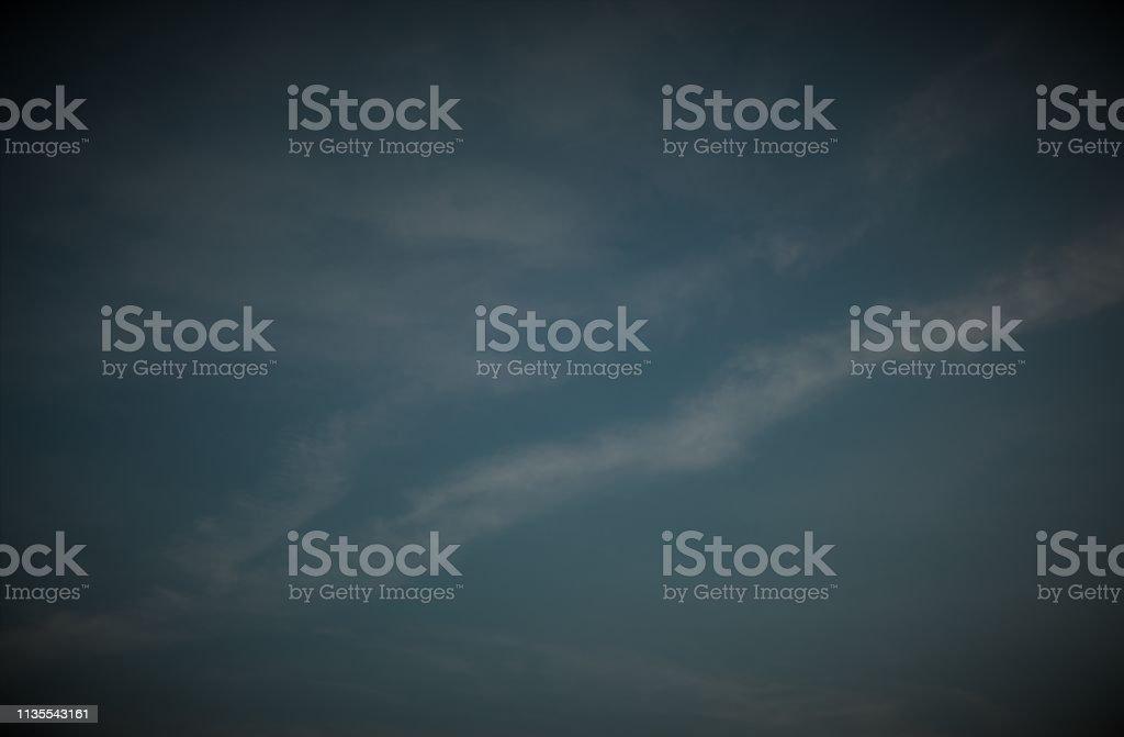 Dunkelblauer Himmel, Bildhintergrund, Dunkle Vignette auf blauem Himmel mit schweifenden Wolken – Foto