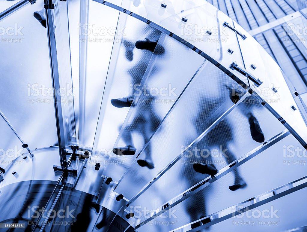 Dark blue tint auf Glas-Treppe – Foto