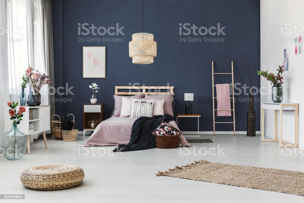 Dunkel Blaue Wand Im Schlafzimmer Stockfoto Und Mehr Bilder Von Behaglich Istock