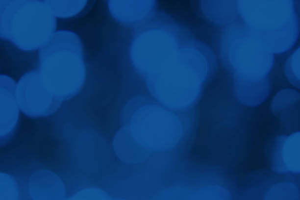 Lumières floues foncées fond bleu classique. Bokeh abstrait avec la lumière douce. Texture festive brillante - Photo