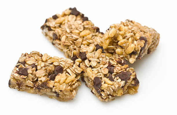 dark chocolate almond granola bar - kauwgomachtig stockfoto's en -beelden