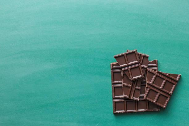 donkere chocolade repen - pure chocola stockfoto's en -beelden