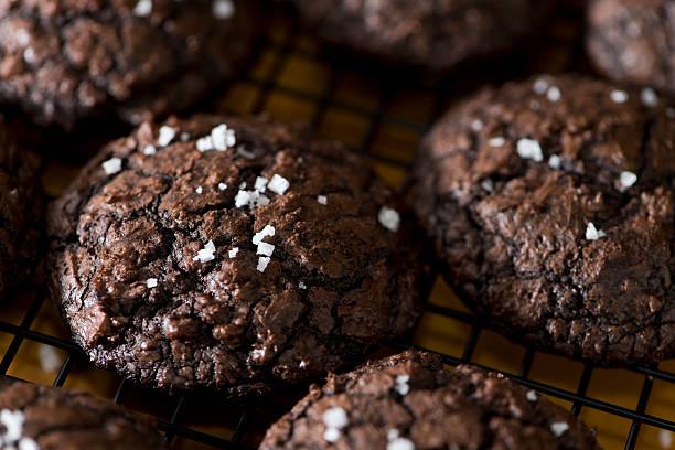 dunkle schokolade cookies xxxl mudslide - schokoladenplätzchen stock-fotos und bilder
