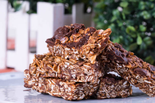 donkere chocolade havermoutrepen - kauwgomachtig stockfoto's en -beelden