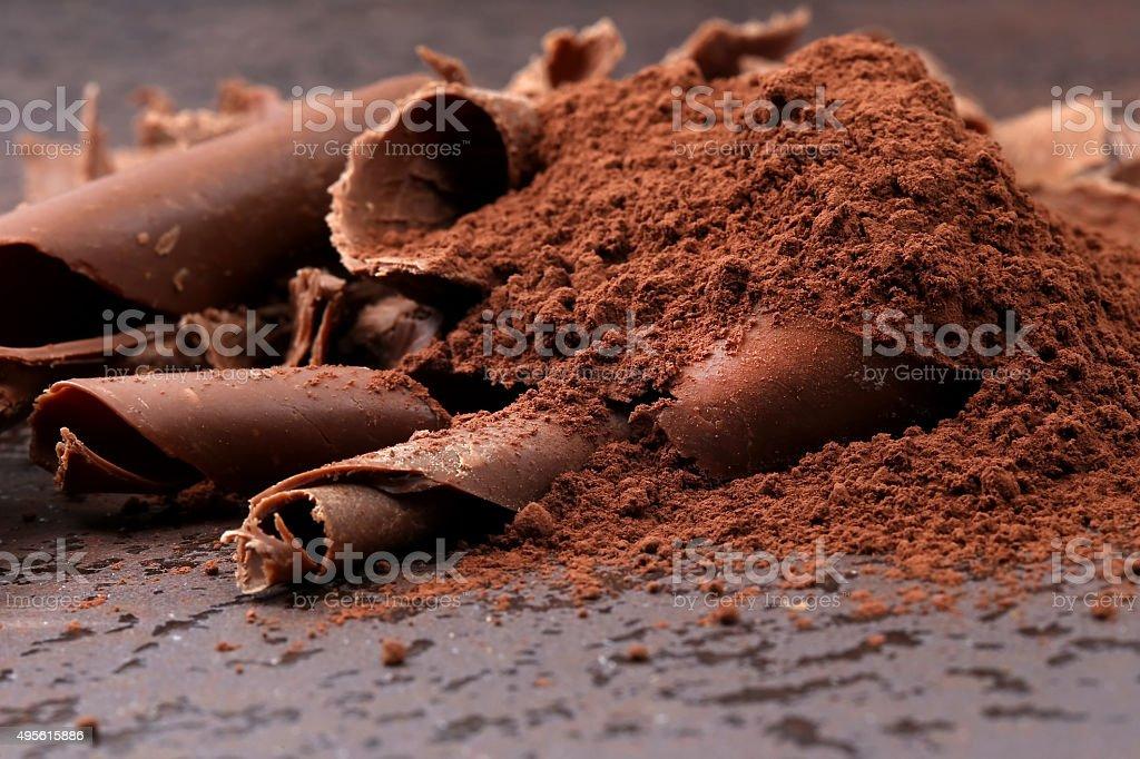 Raspas de chocolate amargo e pedaços de cacau em pó - foto de acervo