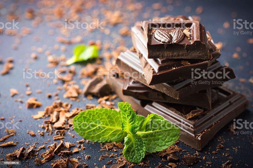 chocolate amargo com folha de menta - foto de acervo
