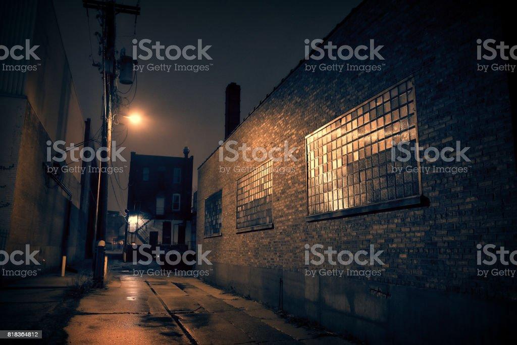 在黑暗城市小巷幾乎圖像檔