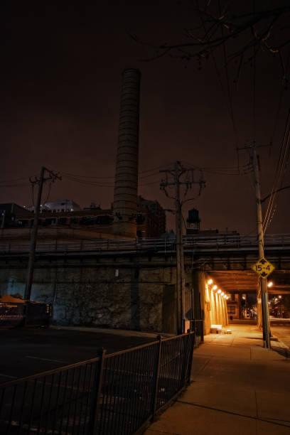 dark city bahn unterführung bürgersteig in der nacht - tunnelkamin stock-fotos und bilder