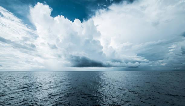 Dunkle Wolken im offenen Ozean – Foto