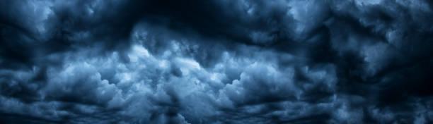 dunkel bewölkter himmel vor gewitter-panoramahintergrund. sturm himmel panorama. weite düstere kulisse - thunder stock-fotos und bilder