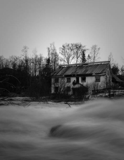 Fluxo frio escuro - foto de acervo