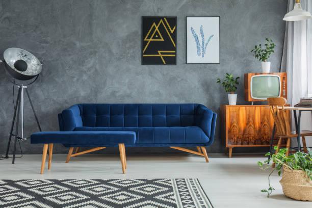 dunkle bequeme couch - teppich geometrisch stock-fotos und bilder