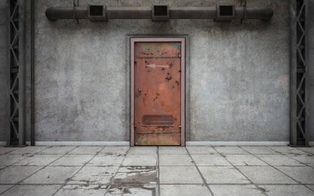dunkle wände aus beton raum mit alten tür - betonwerkstein stock-fotos und bilder