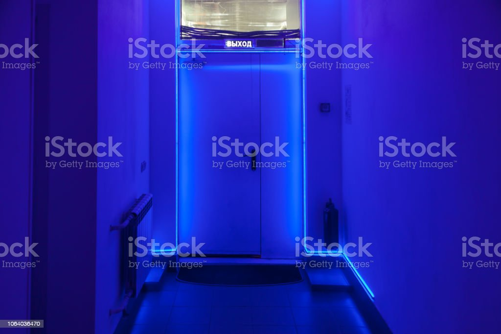 Photo Libre De Droit De Couloir Sombre Avec Une Porte Au