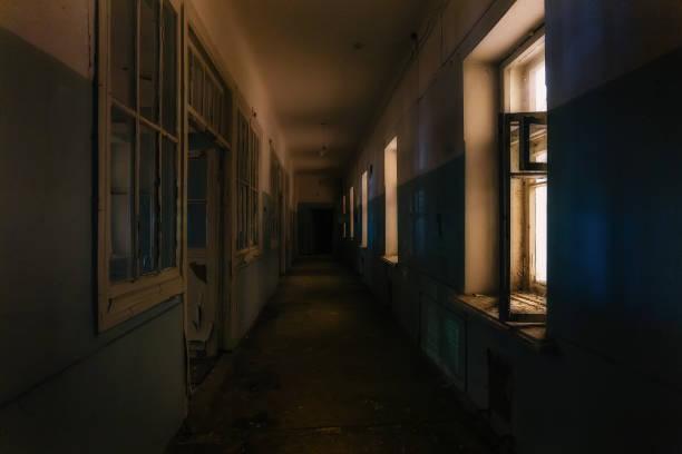 夜に放棄された病院の暗い不気味な廊下。ホラーコンセプト - 廊下 ストックフォトと画像