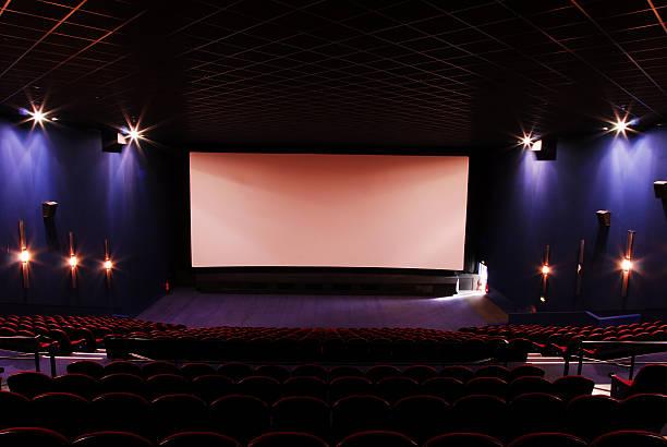 dunkle leere kino - große leinwand stock-fotos und bilder