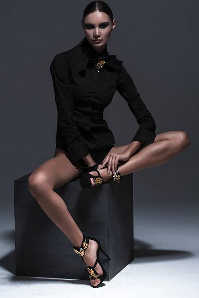 dunkle mode - lange jacken stock-fotos und bilder