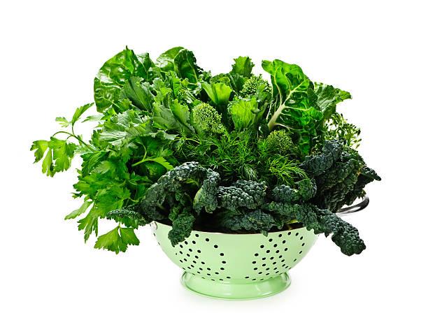 Vert foncé verdoyant de légumes colander - Photo
