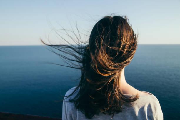 retrato de chica de pelo oscuro. - mirar el paisaje fotografías e imágenes de stock