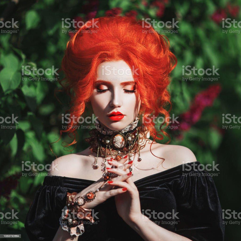 Traje Oscuro De Halloween Bruja Gótica Mujer Con Piel Pálida