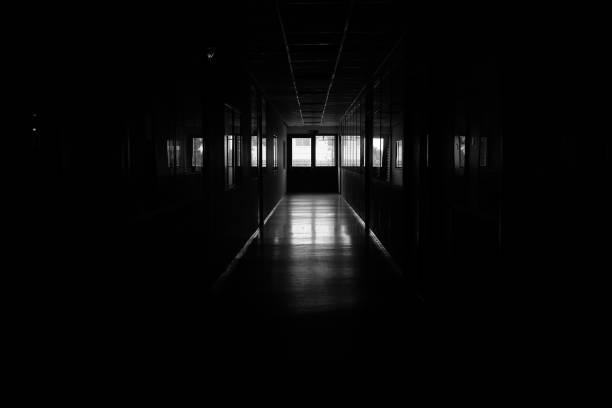 karanlık koridor stok fotoğrafı