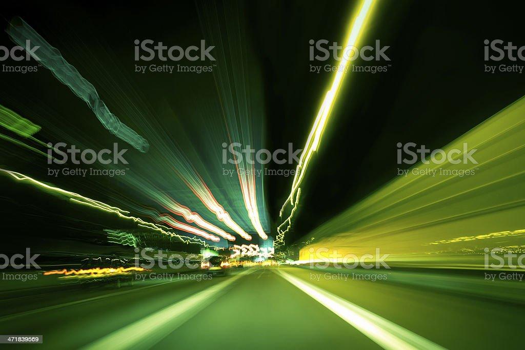 Dunkle highway bei Nacht mit Streifen aus Licht – Foto