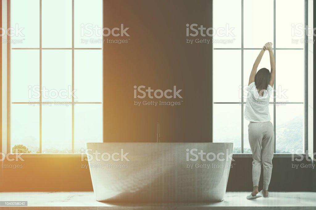 Dunklen Dachboden Badezimmer Interieur Frau Stockfoto Und