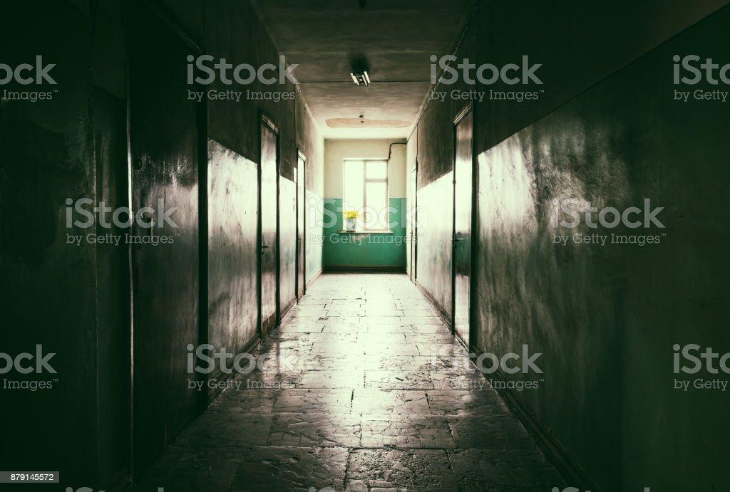 Dunklen langen Flur mit Türen – Foto