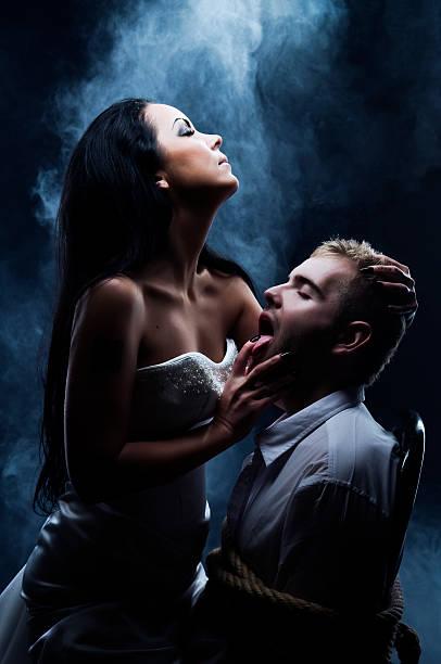 dark amour-daemon femme avec son amant. - vampire femme photos et images de collection