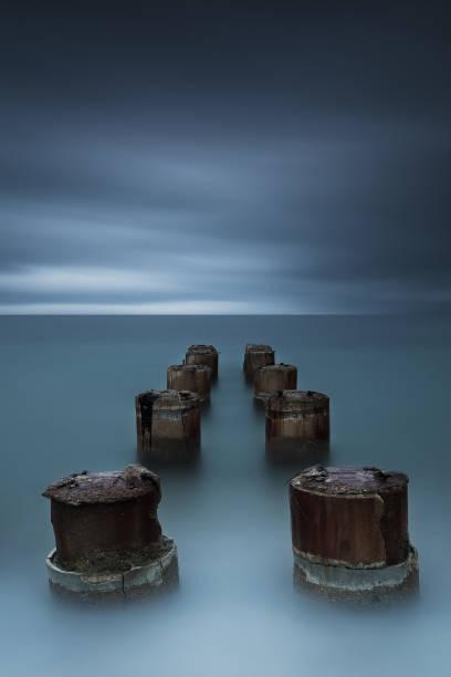 sentiment de minimalisme sombre autour ancienne structure - Photo