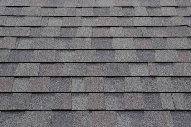 donkere nieuwe dak grind achtergrond en textuur. asfalt tegels van huis dak. - dak stockfoto's en -beelden