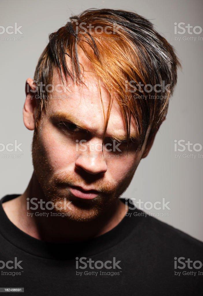 Dark Retrato de um homem jovem resistente foto royalty-free