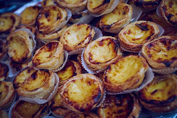 dunkle portugiesische vanillesoße torten - kochen mit oliver stock-fotos und bilder
