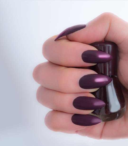 dunkel lila stiletto nail fashion trends winter - nails stiletto stock-fotos und bilder