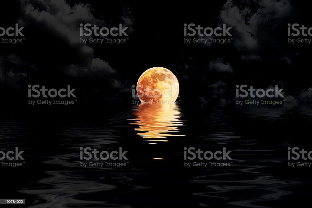 Dunkelrotes Vollmond in cloud mit Wasser-Reflektion – Foto