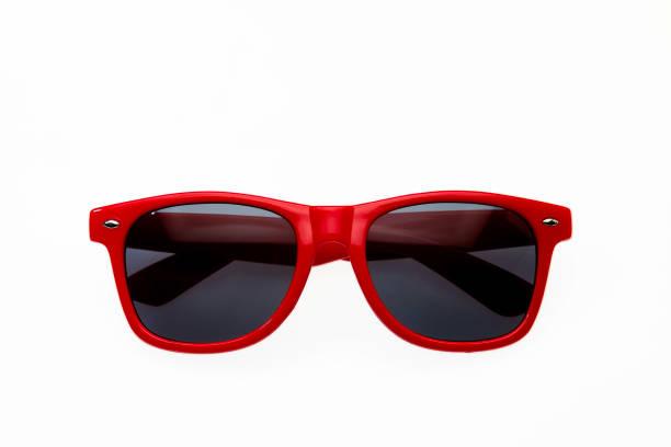 Dunkle rote Sonnenbrille auf weißem Hintergrund – Foto