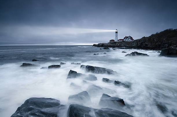 dark mer phare - phare photos et images de collection