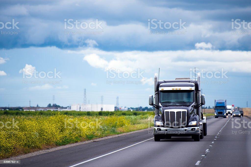 Dunkle halb Lkw-Verkehr auf Straße im Kalifornien – Foto