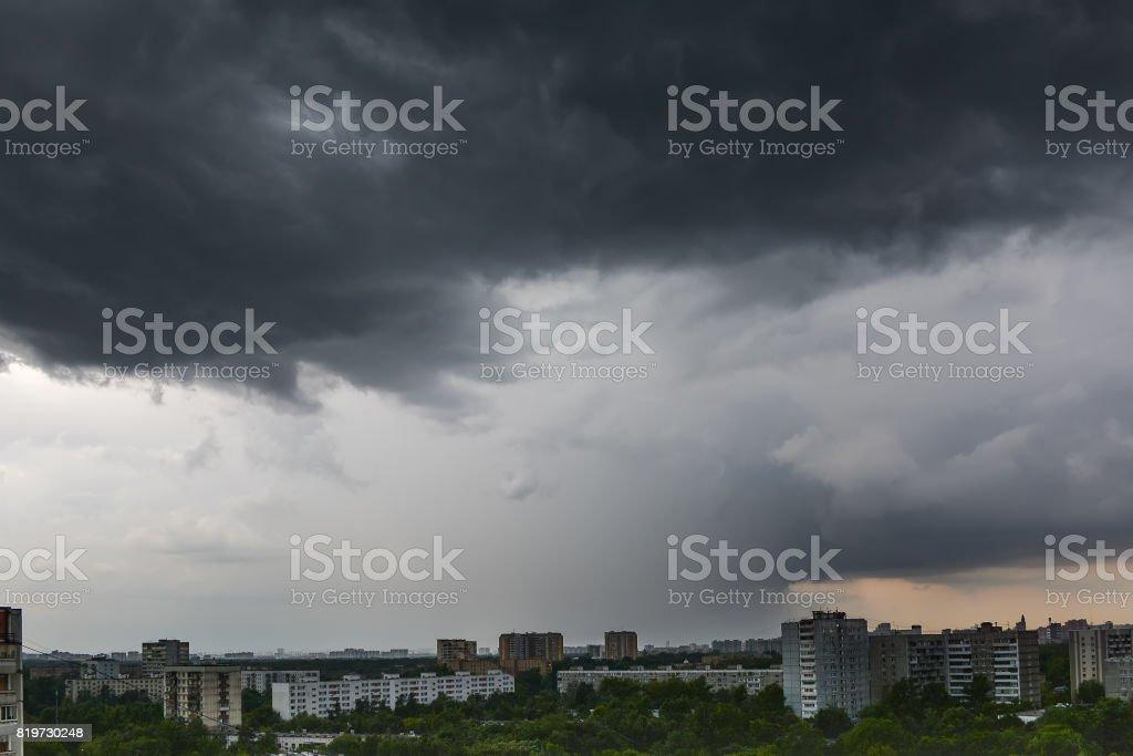 Dunkle Gewitterwolke über Stadt – Foto