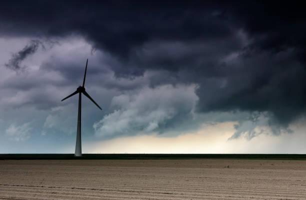 Dark storm cloud over windturbine en Field, Nederland foto