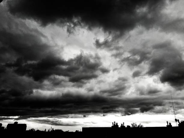 dunkle gewitterwolken über unseren köpfen - zorn tod und regen stock-fotos und bilder