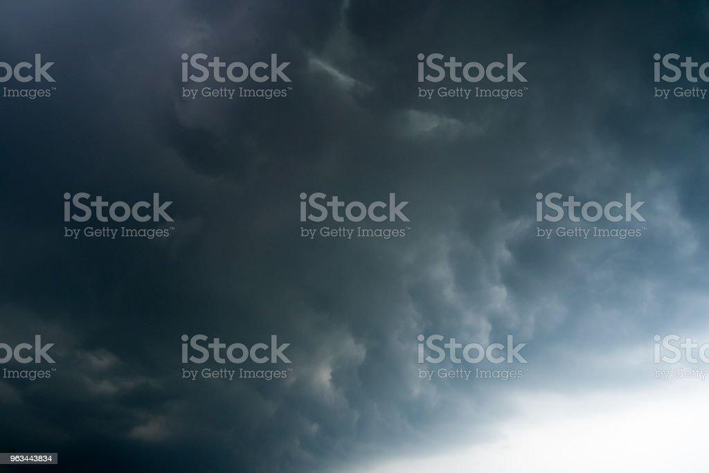 karanlık fırtına bulutları arka plan ile bir gök gürültüsü fırtına öncesi karanlık bulutlar. - Royalty-free Aydınlık Stok görsel