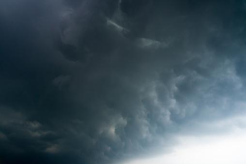 Karanlık Fırtına Bulutları Arka Plan Ile Bir Gök Gürültüsü Fırtına Öncesi Karanlık Bulutlar Stok Fotoğraflar & Aydınlık'nin Daha Fazla Resimleri