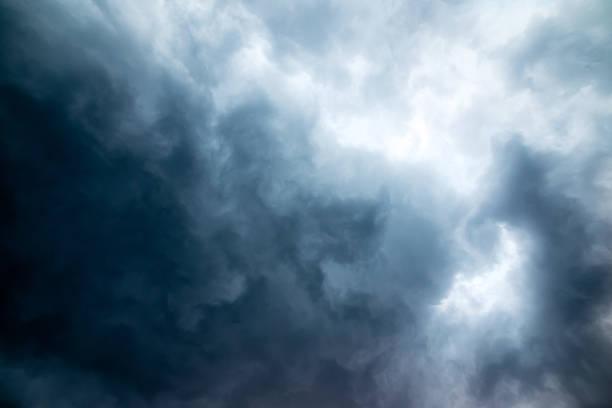 scuro cielo tempesta - cielo minaccioso foto e immagini stock
